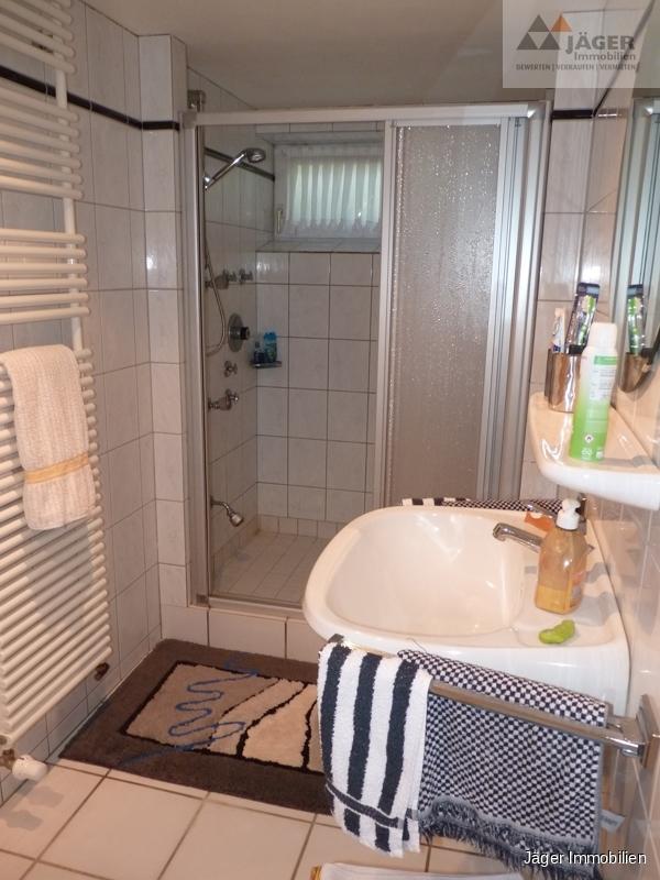 mit Duschbereich
